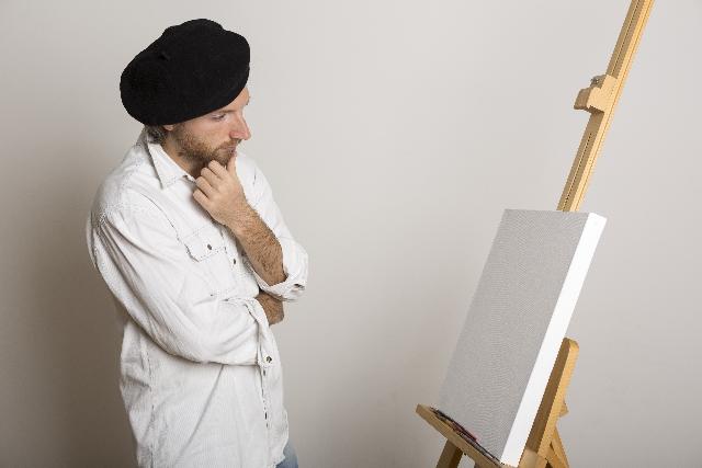 キャンバスをみつめる外国人アーティスト